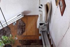 Két egyenes lépcsőlift pihenővel