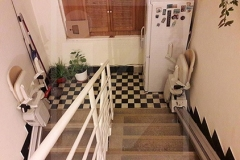 Lépcsőforduló két egyenes lépcsőlifttel