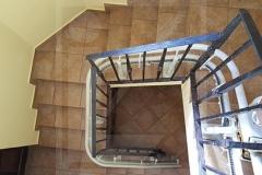 Kanyarodó lépcsőlift lépcsőházban