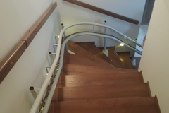 Kanyarodó lépcsőlift beltérre