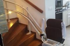 Egyenesen induló kanyarodó lépcsőlift