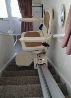 Egyenes széklift működés közben