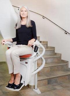 Kanyarodó lépcsőlift használat közben
